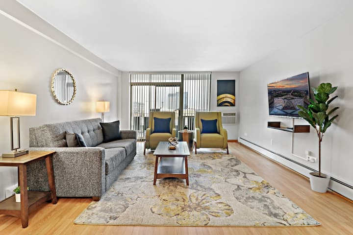 Downtown 2BR Spacious Living & Kitchen, King Beds