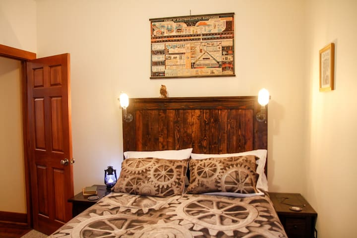 This is the queen bed for this listing.