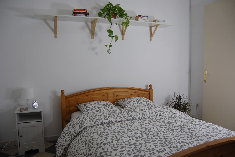 Double bed with nightable / Cama doble con mesa de noche
