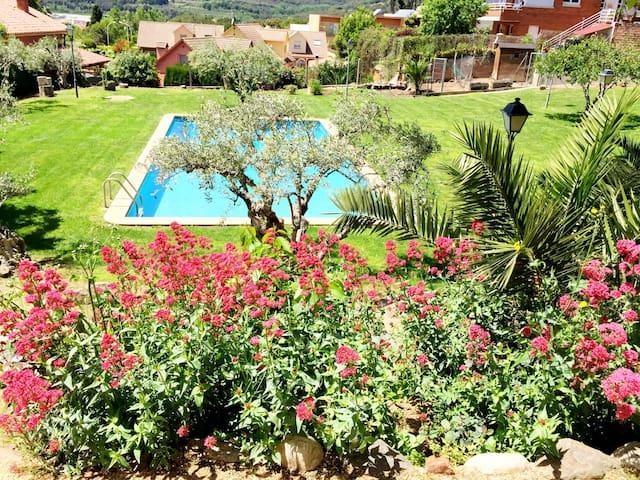 Apart. con jardín y piscina privada