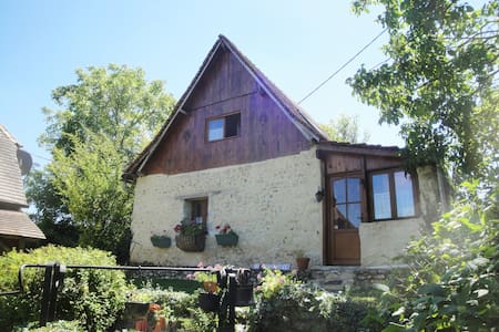 Le Revendeur charming cottage with private hottub!