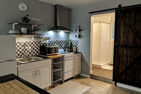 Cozy studio w/ kitchen & laundry - 6 min from UF!