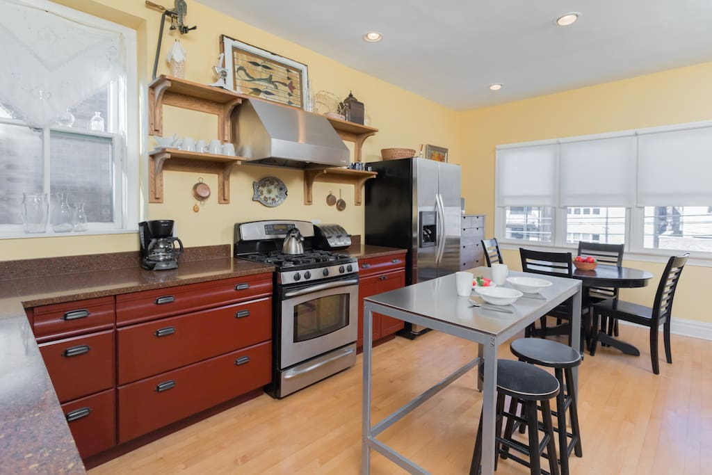Fully Equipped Dine-In Kitchen With Seating for Six