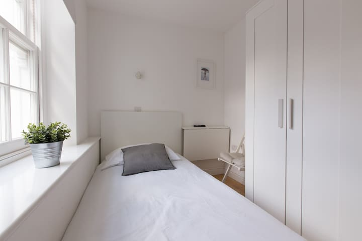 Bright single bedroom in Tottenham Street by Allô Housing