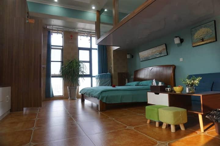 位于枣庄市最核心商圈的地中海风格的新房精装民宿