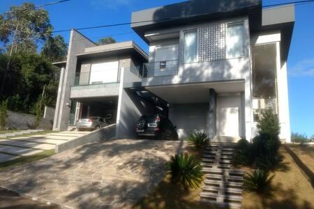 Linda casa estilo contemporâneo cond. Buena Vista