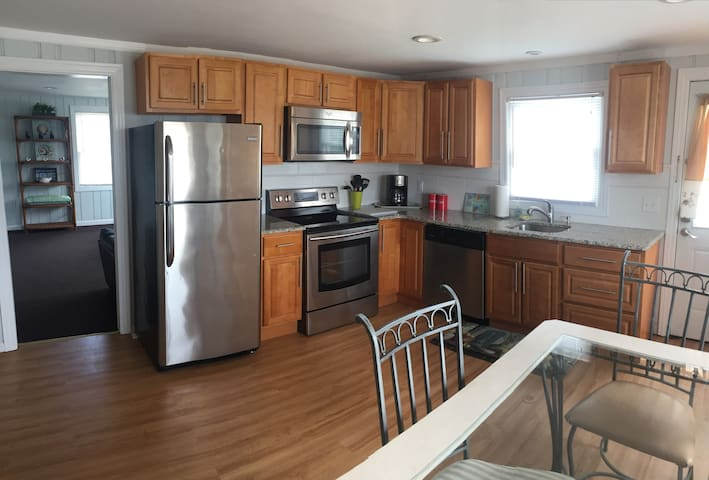 Large and comfortable  3bdrm  Beach Block House