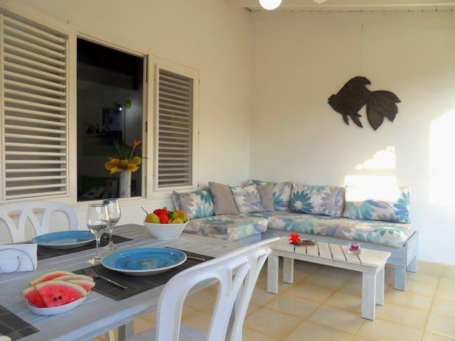 La terrasse pour de petits déjeuner  ensoleillés .   The terrace for small sunny lunches.   La terraza para desayunos soleados