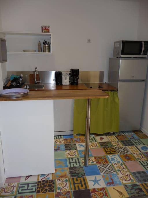 Une fois la porte passée, la cuisine avec lave vaisselle, frigo, congélateur, four et vaisselle compléte