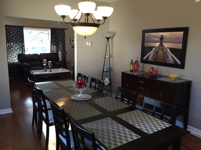 Super large dining room Great for family fun!