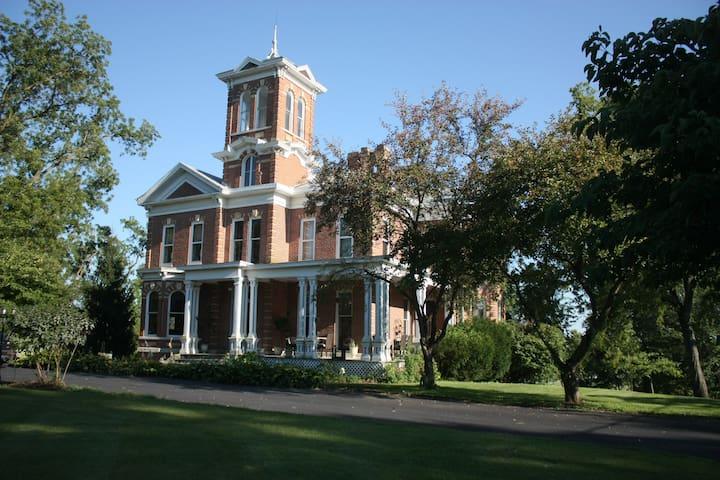 Karbelle Mansion (Circa 1875 ) - NE Bedroom