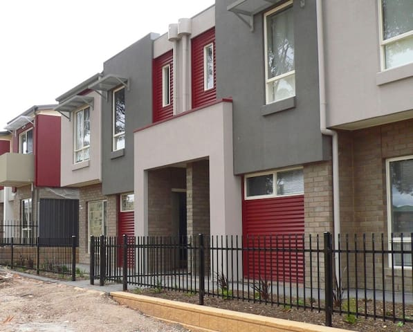 Two Story Townhouse on the Park - Gilles Plains - Apartament