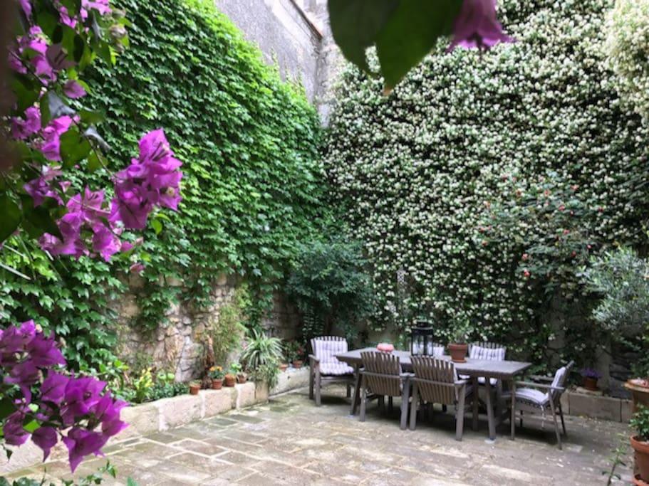 Le salon de jardin à disposition au patio