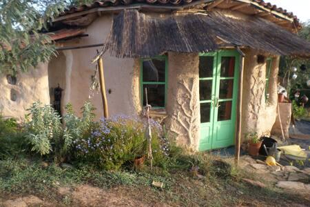 Rural Cob Garden Cottage - Reliquias