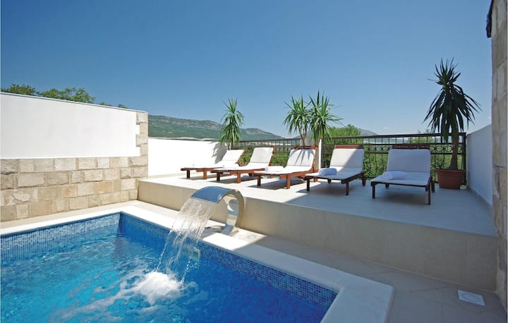 Awesome home in Umcani with WiFi and 9 Bedrooms
