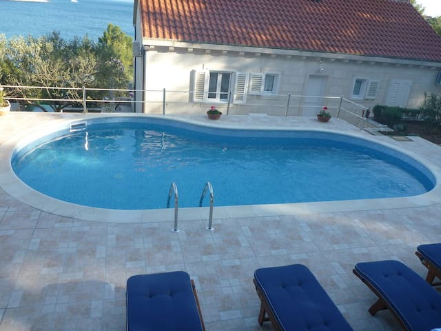 Villa with the pool next to the sea - Sumartin - House