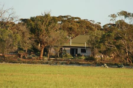 Sandalmere Rural Cottage.  Near Waikerie & Morgan