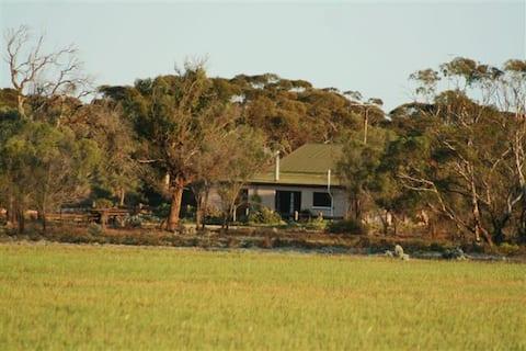 Sandalmere Rural Cottage.  Near Waikerie & Morgan