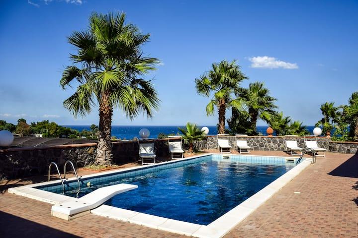 Esclusivo appartamento sul mare con piscina