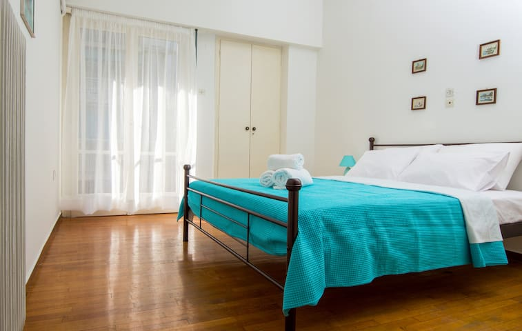 Sunny 1bd apartment just 3 minutes to Acropolis