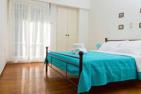 Sunny 1bd apartment just 1minute to Acropolis