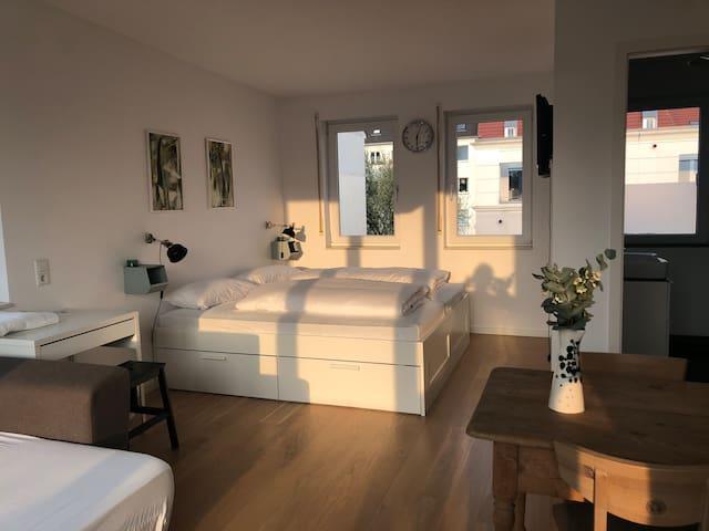 Nippes: 35 m2 Studio mit Bad & 16 m2 Dachterasse.