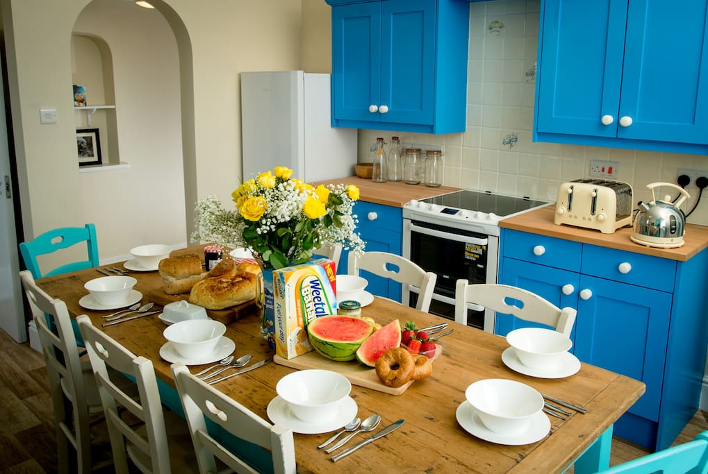 Kitchen table seats 8. Views of the sea whilst enjoying breakfast, lunch and dinner!