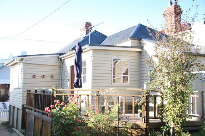 Cosy Heritage Listed Cottage - Sandy Bay - Casa