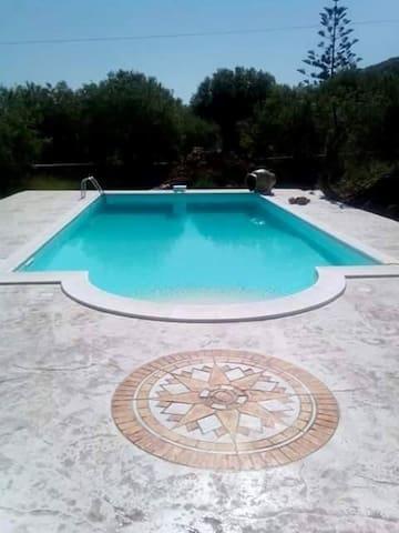 La piscina con il solarium