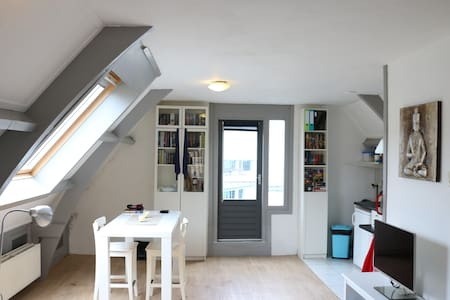 My 1 bedroom apartment in a 1930's building in the centre of Haarlem is an ideal place to stay for people wanting to experience the old Dutch cities of Haarlem or Amsterdam. Close to either Amsterdam or the beach, enjoy my place!