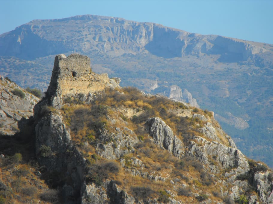 Summer view from the our garden: Millena´s moorish castle. Vista desde el jardín: castillo de Millena