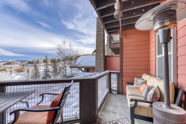 Ski-in/Ski-out condo w/gas fireplace, shared hot tub/pool, & mountain views!