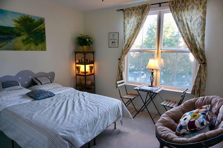 Private room and full bath, unbeatable location. - Charlottesville - Condominium