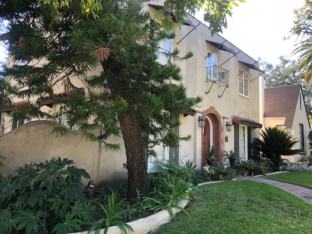 Pet Friendly Spanish Home minutes from Old Town