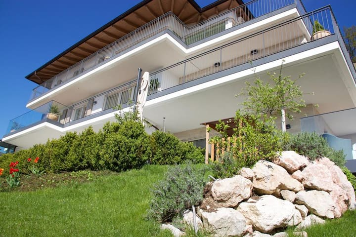 Villa Traunsee - Garden Apartment with Lake View