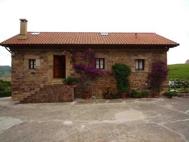 Cabaña Pasiega restaurada cerca de todo. Con WIFI. - Pomaluengo. Castañeda