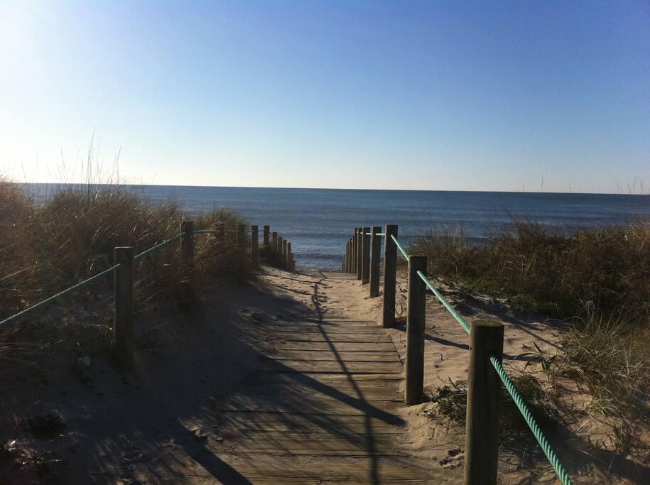Da ist ES ... das Meer ... nur 150 Meter von der Couch entfernt ... also hoch mit Ihnen, ab ans Meer / Ozean / Atlantik