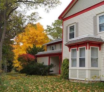Cooksville Farmhouse Inn - Evansville - Hus
