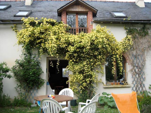 Jolie maison dans un petit hameau - Bruz - Huis