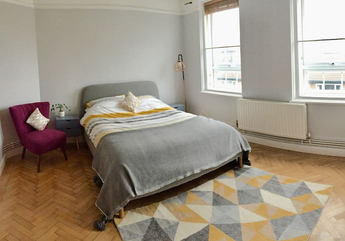 Large clean modern room only 15 mins from centre!