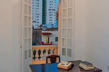 Despacho con un librero de varios tipos de literatura