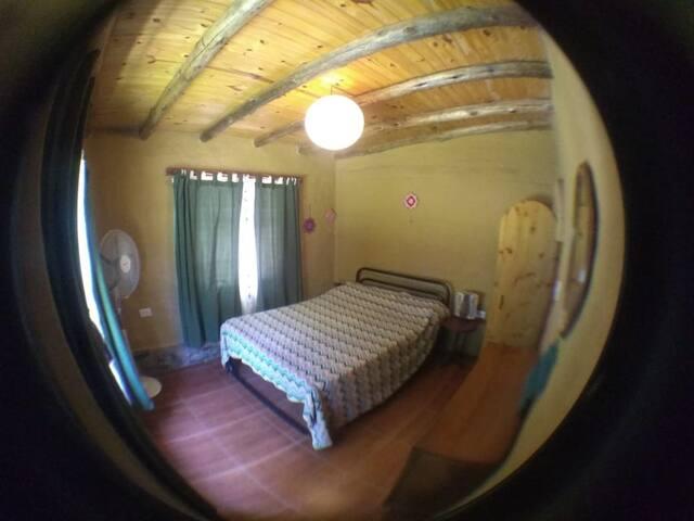 Cuarto amplio con espejo ,mesa individual con vista a la naturaleza desde las 2 ventanas,ventilador y buena temperatura debido al material usado