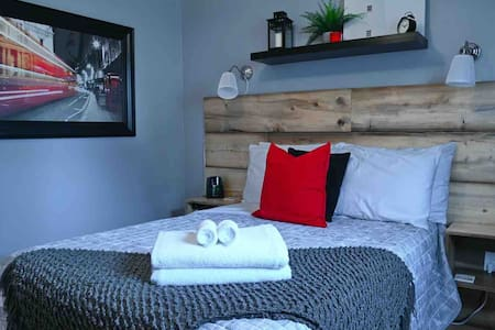 FRENCH CONNECTION~ Cozy Suite for 4 in Didsbury.