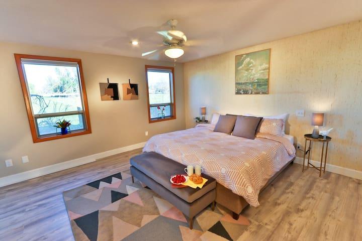 Master King Bedroom with En-Suite Bathroom