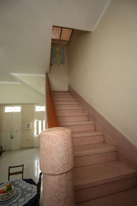 escalera acceso a planta alta ( habitaciones privadas) entrada/salida habitacion I