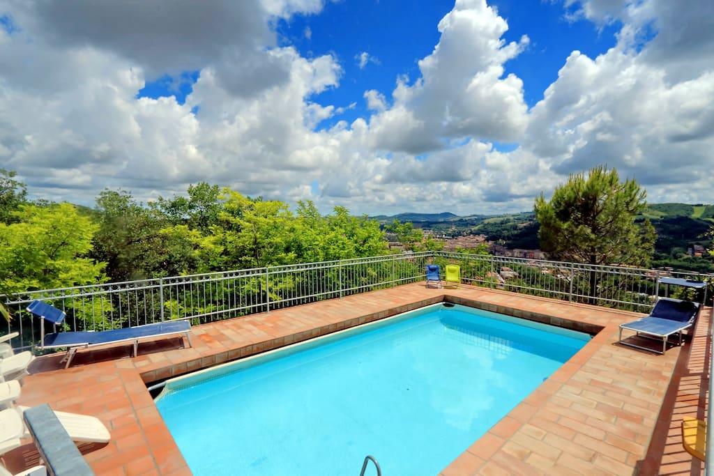 Villa recintata con piscina privata ville in affitto a serripola marche italia - Villa italia piscina ...