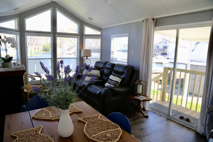 Bright and Clean Cottage on Lake Wawasee