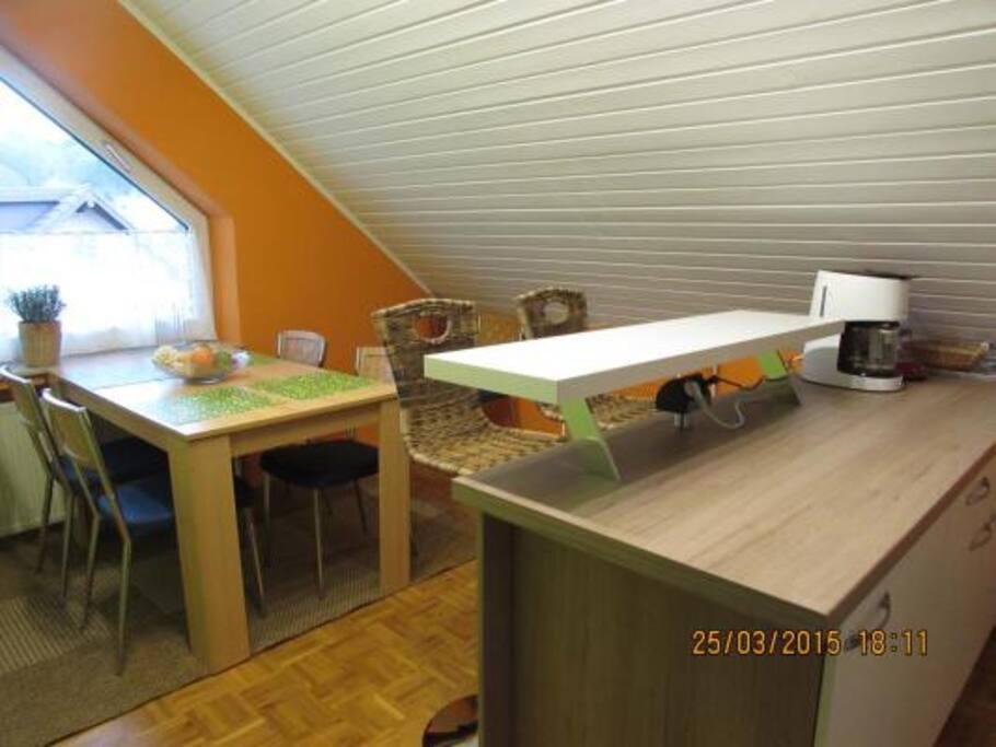 Moderne Wohnküche mit Theke