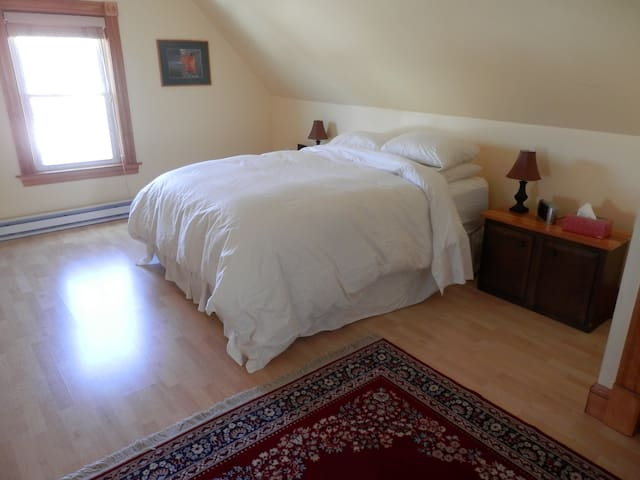 Lovely 3rd Floor Suite in West Medford w/breakfast - Medford - House