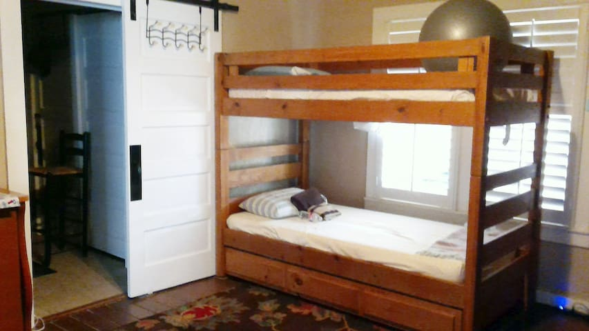 B6 Near downtown/Alamo, Charming hostel BR3,